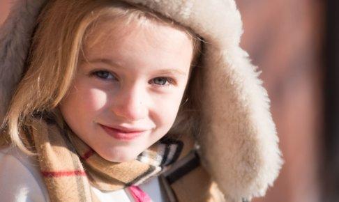 ファーの帽子を被っている女の子