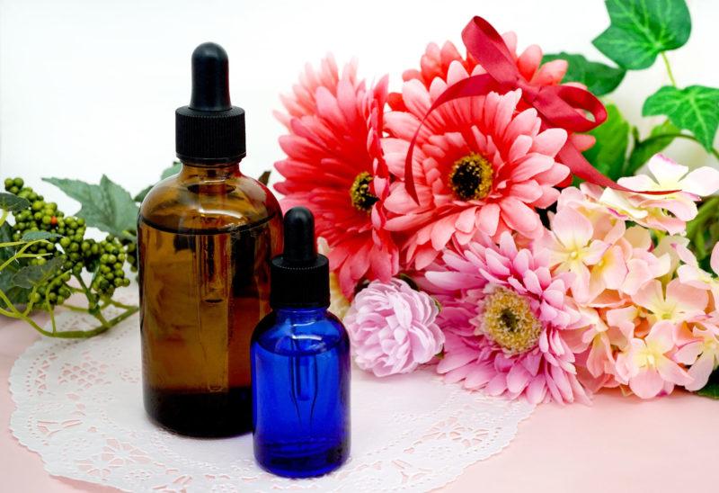 プラセンタ小瓶と花の画像