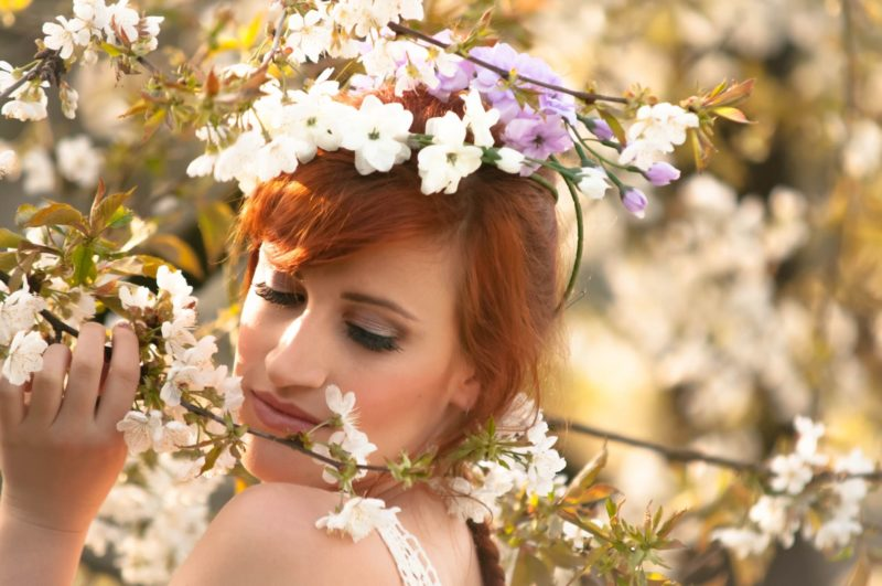 桜の香りをかぐ女性