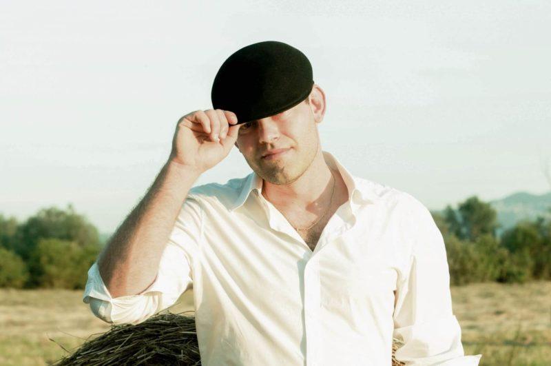 帽子をお洒落に被り、紫外線対策もしている男