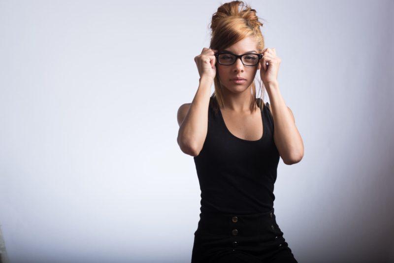 メガネを掛け直す外国人女性