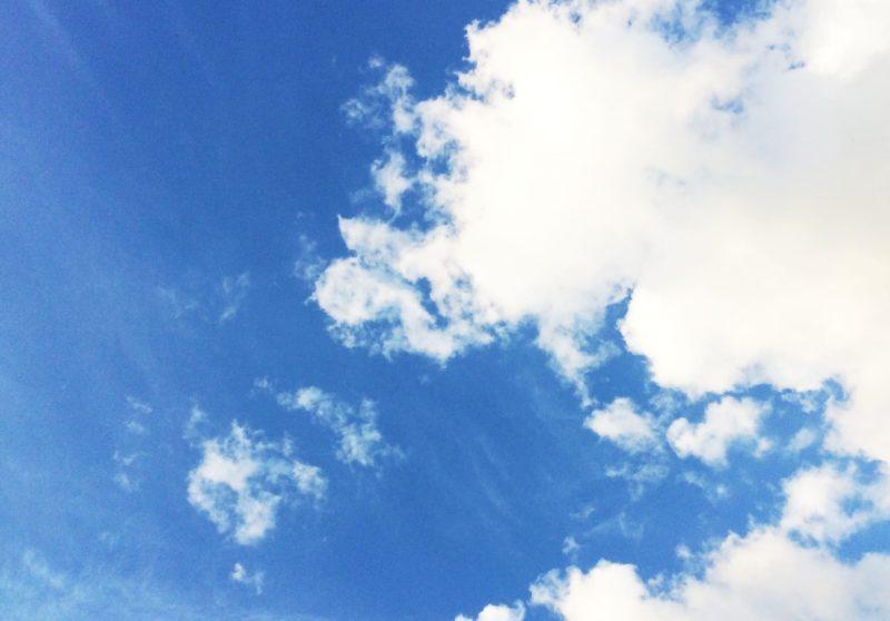 きれいな青空と半分くらい覆っている雲