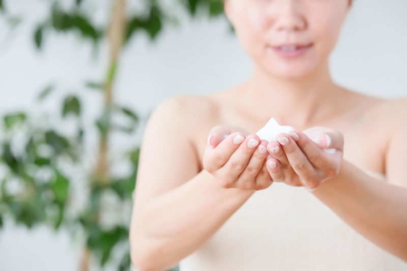 浴室に洗顔料を泡立ててこれから洗顔を始める女性