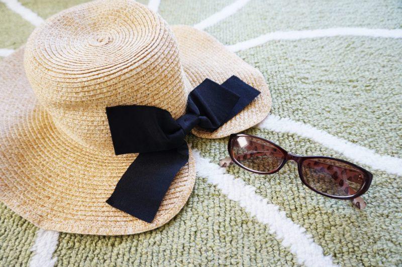 カーペットの上に置いてある帽子とサングラス