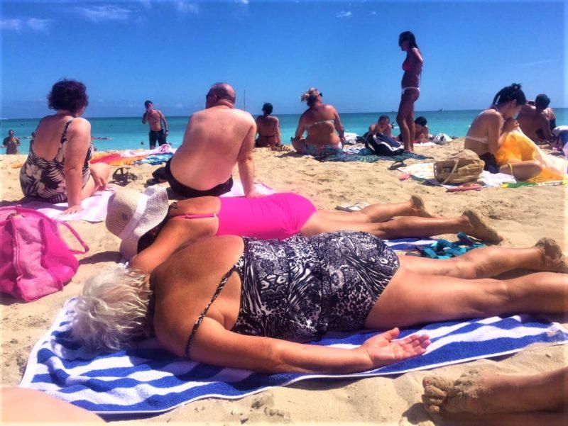 たくさんの外国人が日光浴している海
