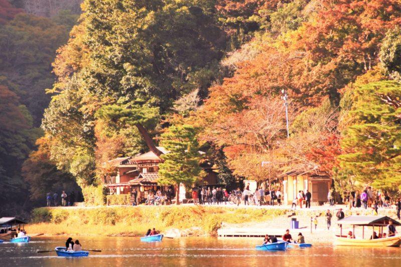 湖でボートができる紅葉の名所