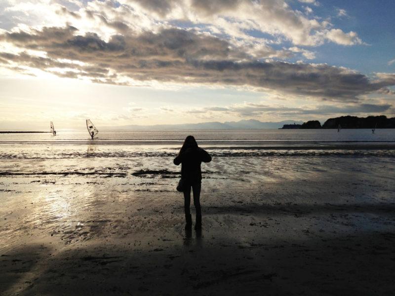 冬の海岸に立っている女性