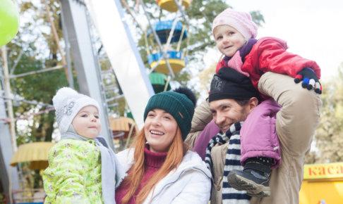遊園地で遊ぶ外国人の親子