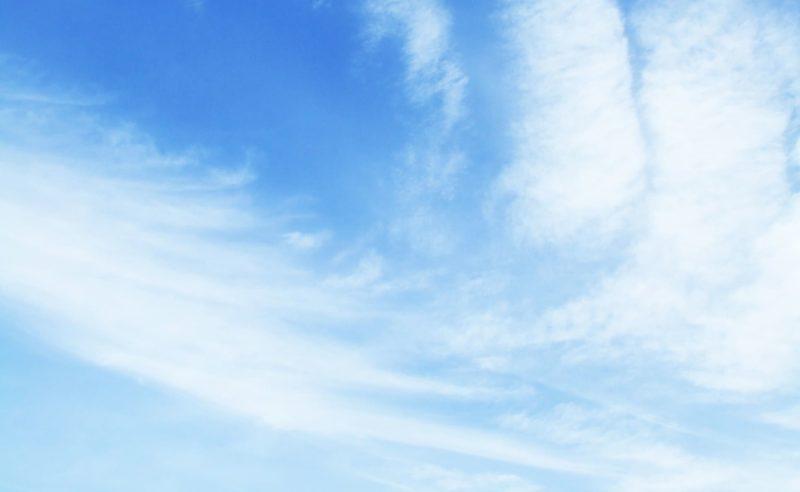 雲がかかっている空の画像