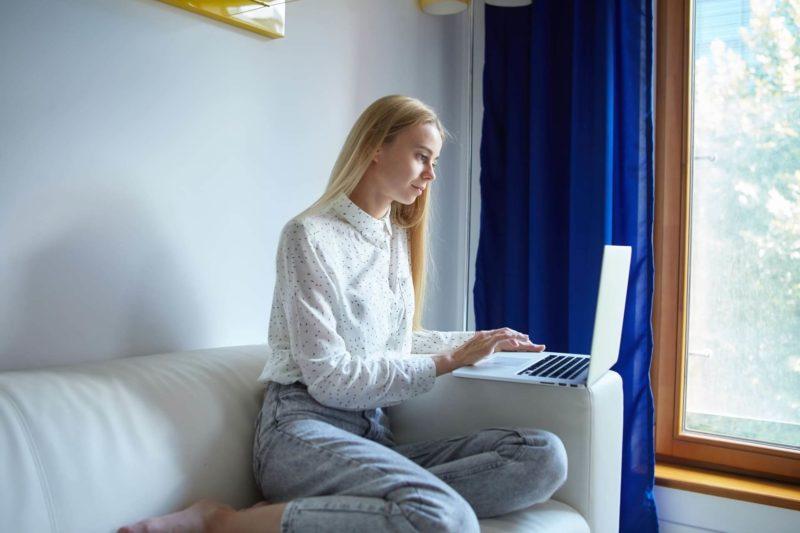 自宅で仕事をしている女性
