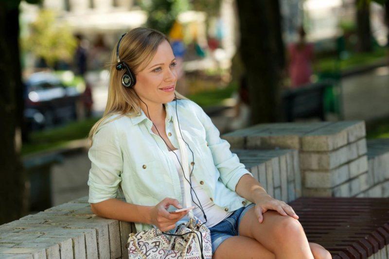 音楽を聞いている外国人女性