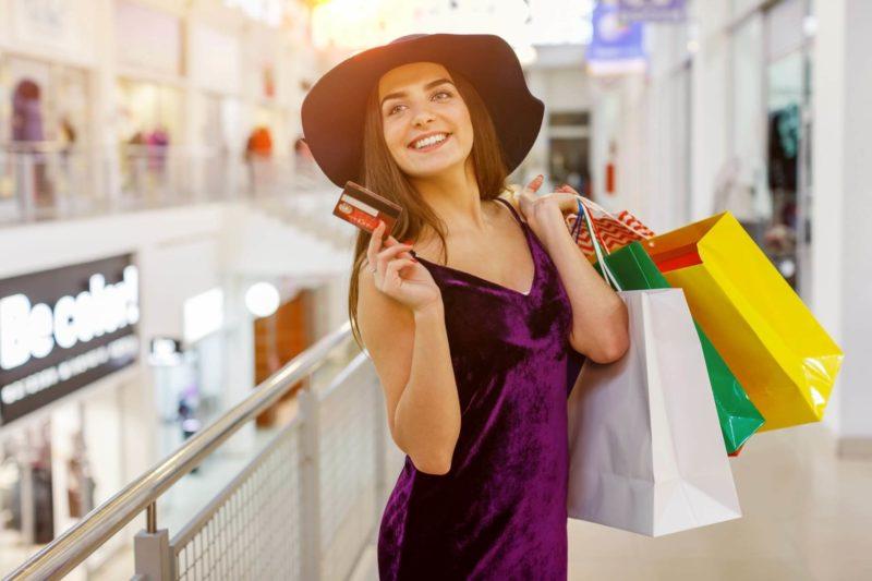 ショッピングを楽しんでいる帽子を被った外国人女性