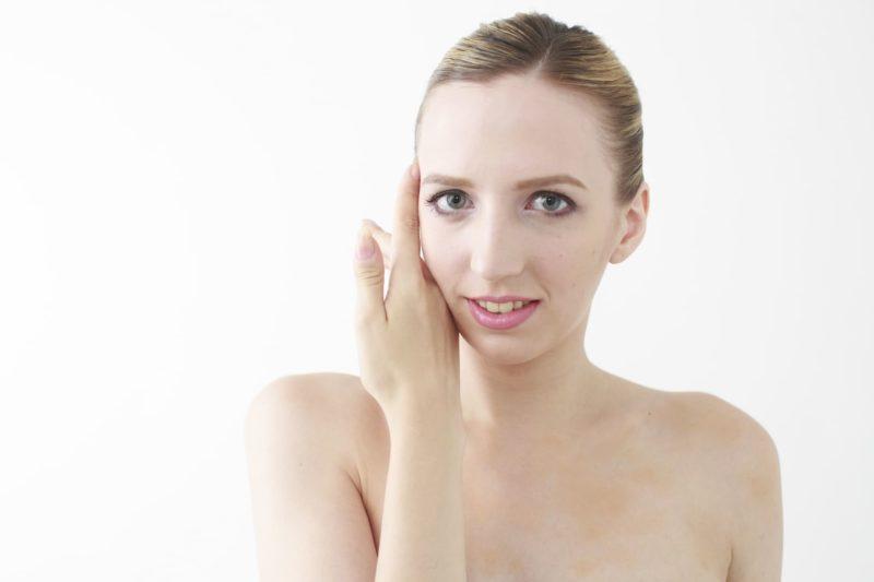 肌の調子を見る外国人女性の画像