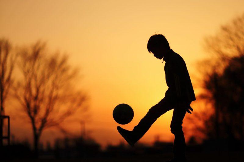 夕日のサッカー少年