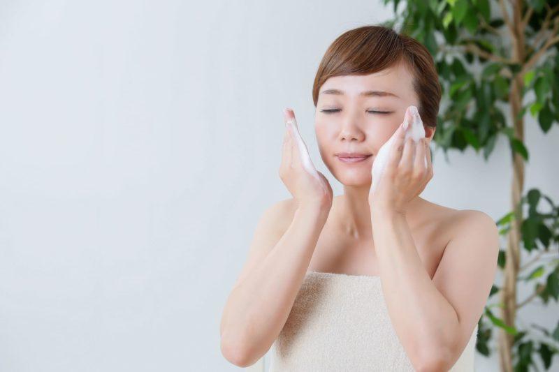 洗顔しようとしている女性