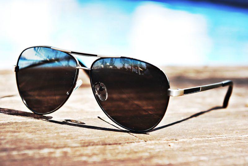 黒いビーチサングラス