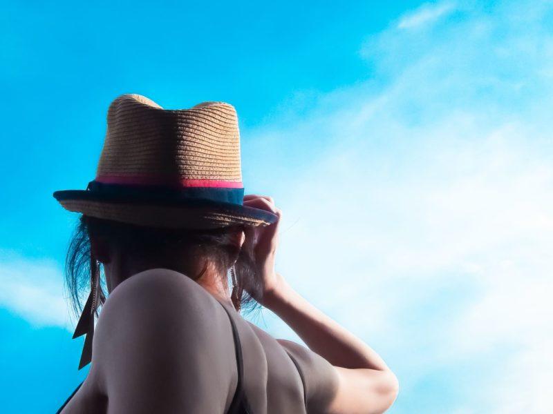 麦わら帽子を被った女性の後ろ姿