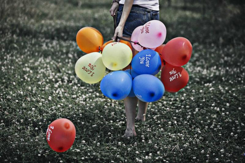 風船を持つ女