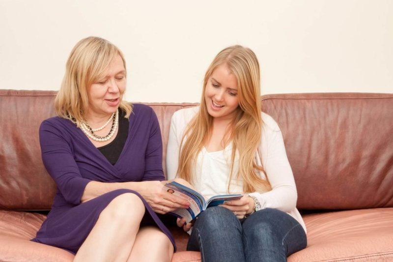カタログを読む母と娘