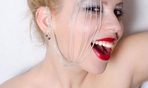 白い歯の女性2