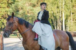 乗馬をしている外国人の貴婦人