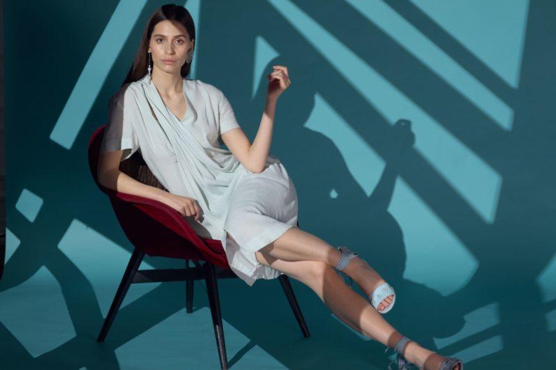 椅子に座ってポージングをしている外国人女性