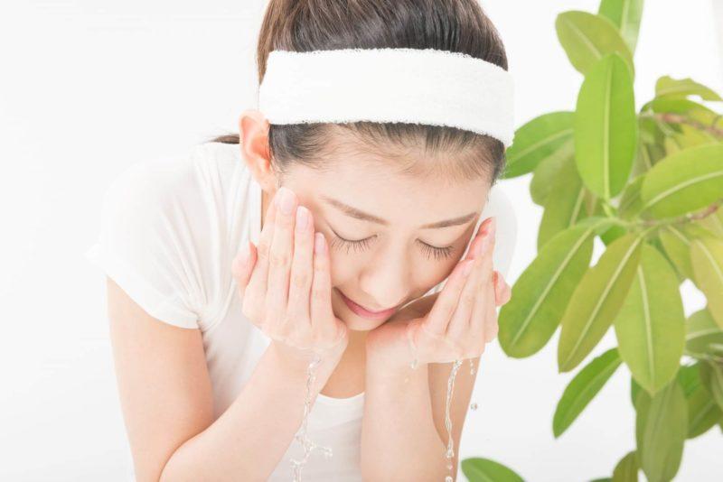 朝、洗顔をしている日本人女性