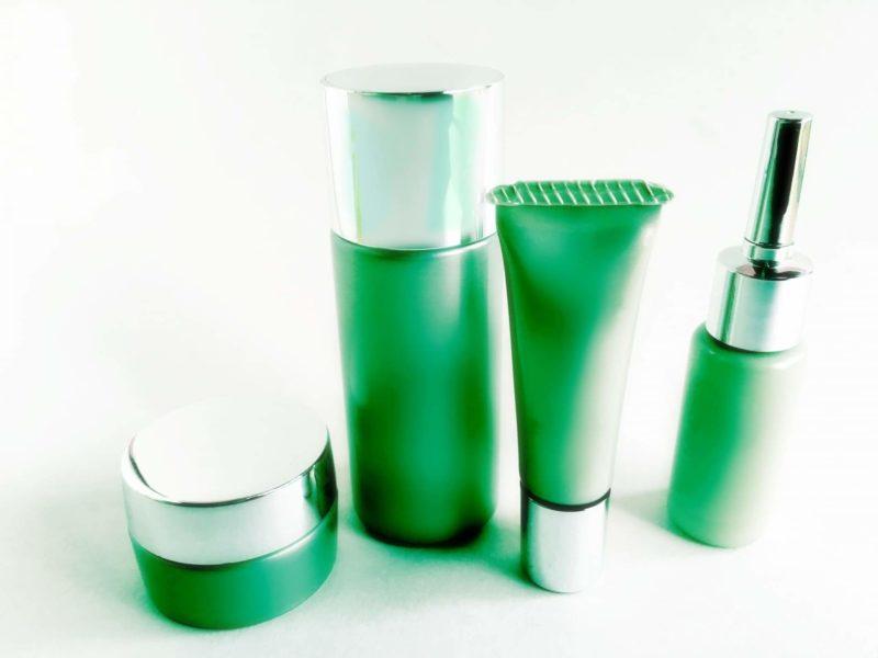 緑のパッケージのオーガニックコスメ