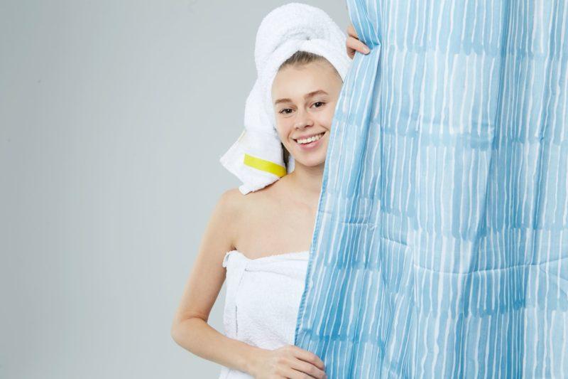 シャワーカーテンから覗いている外国人女性