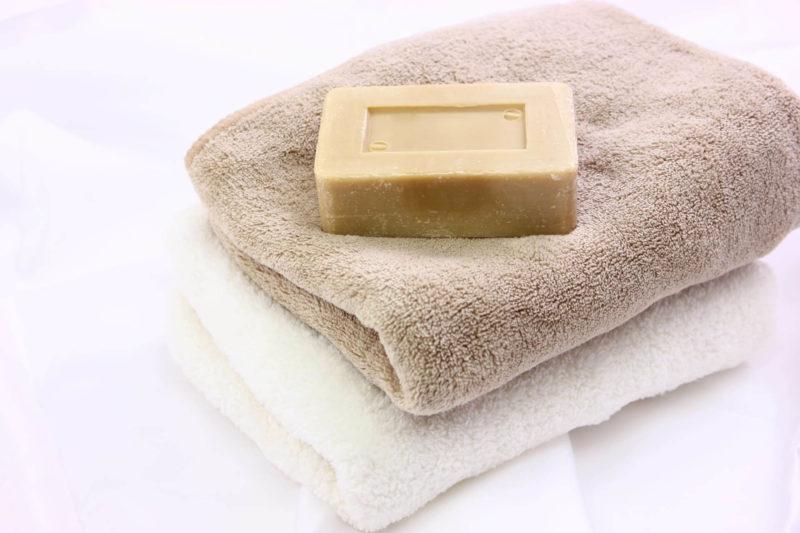 重ねられたタオルと石鹸