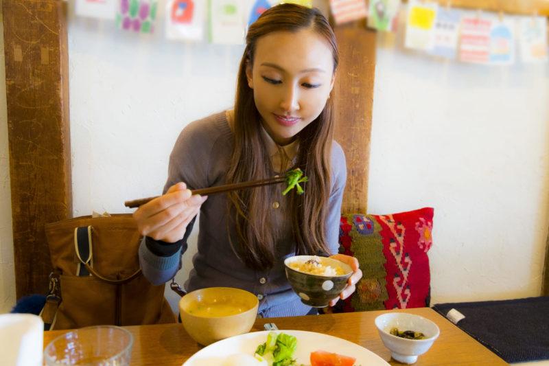 オーガニック食品を食べている女性