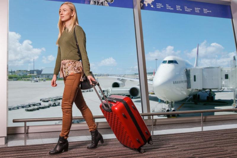 これから海外へ旅に出ようとしている外国人の女性