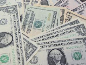 たくさんのドル紙幣が置いてある写真