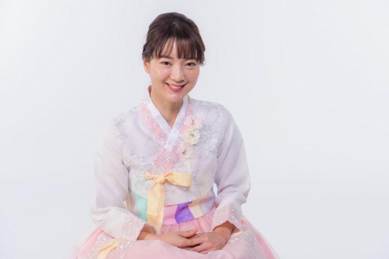 白とピンクのチマチェゴリを着用している韓国人女性