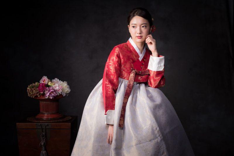 白と赤のチマチェゴリを着用している韓国人女性