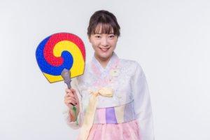 白いチマチョゴリを着ている韓国女子