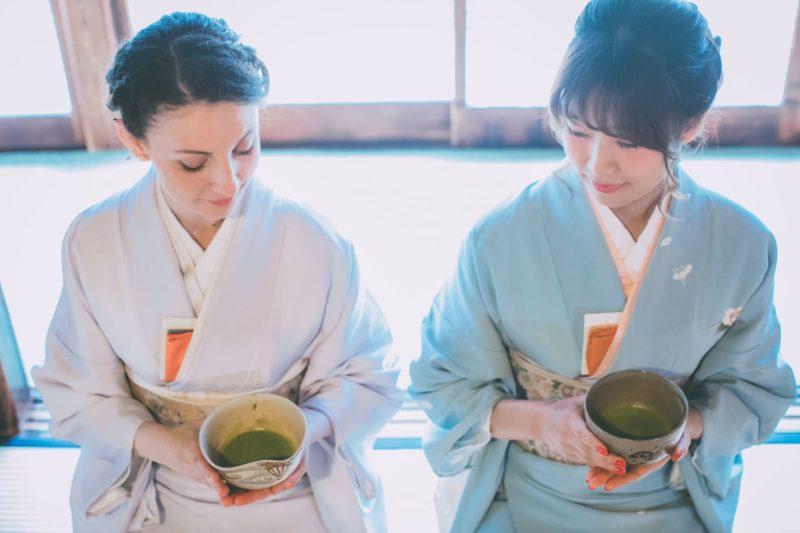 女性2人が着物を着て茶道を習っている光景