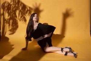 撮影をしている黒い服を着用した長髪の外国人女性