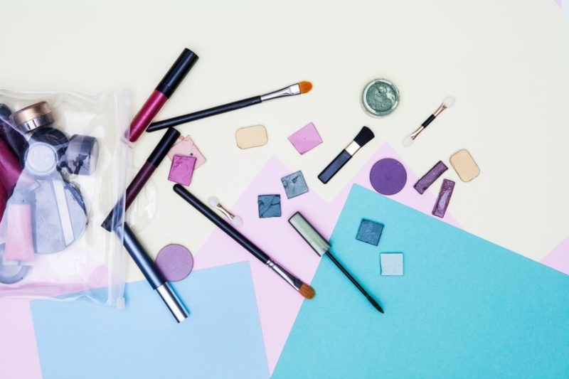 袋から飛び出る化粧品の数々