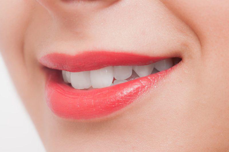 口紅を塗った唇の画像