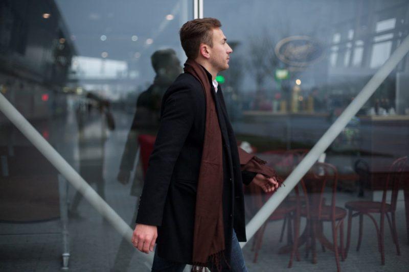 街中を歩いている外国人男性