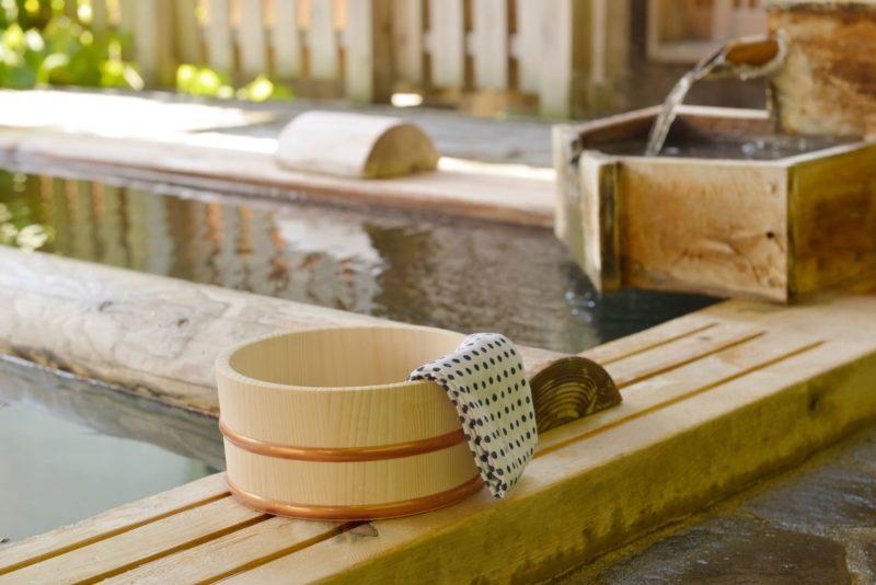 温泉と桶の画像