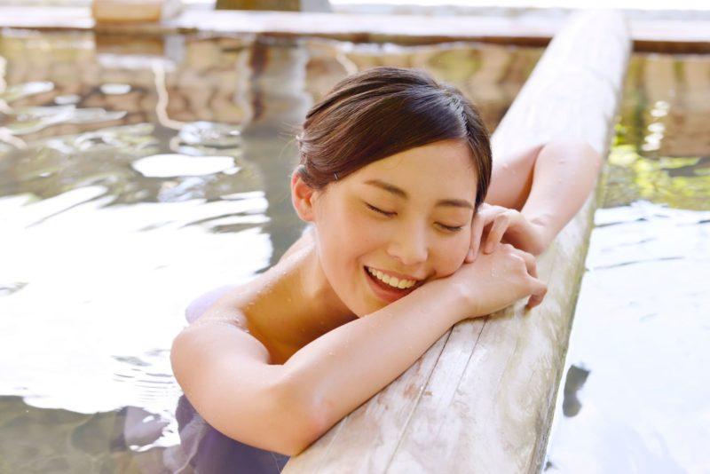 温泉に浸かっている女性の画像