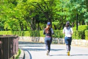 公園をジョギングしている日本人二人