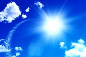 絵の具のような青い空に白い雲とサンサンと輝いている太陽