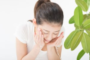 日本人女性がパシャパシャと洗顔している写真