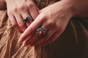 指に大きなストーンの指輪をはめている女性