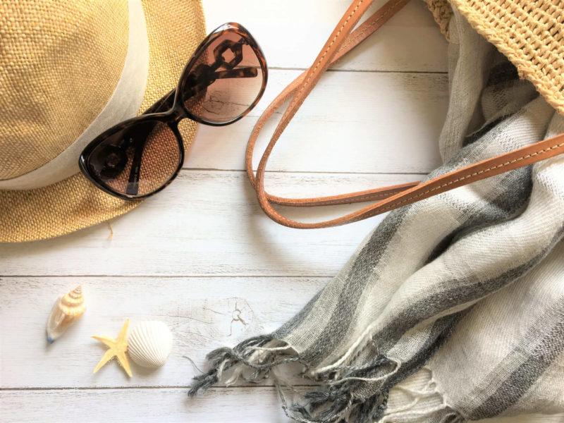 帽子とサングラスとストールと鞄