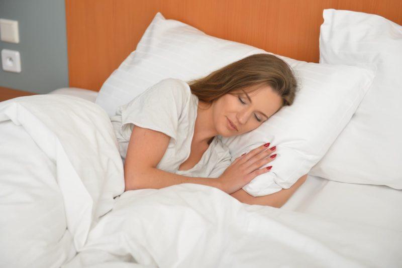 ベットに寝ている外国人女性