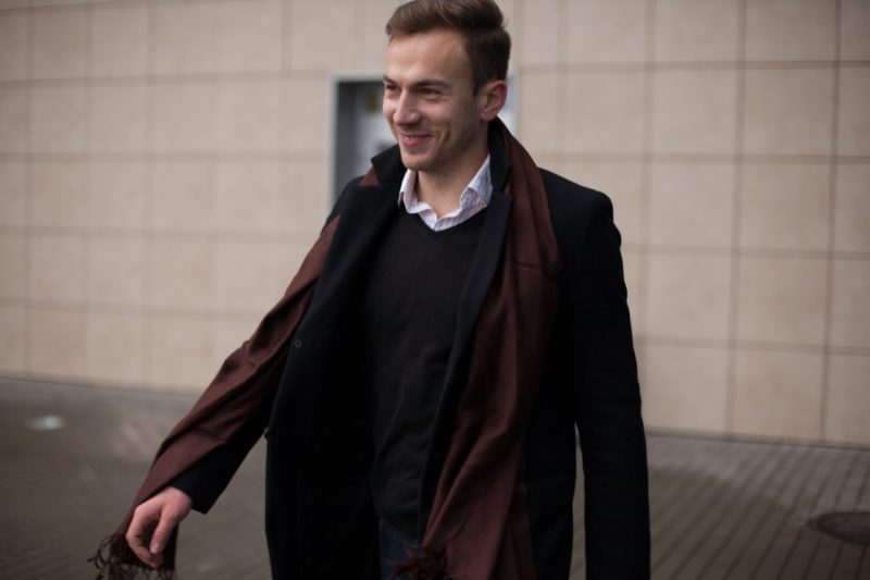 コートを着た外国人男性の画像